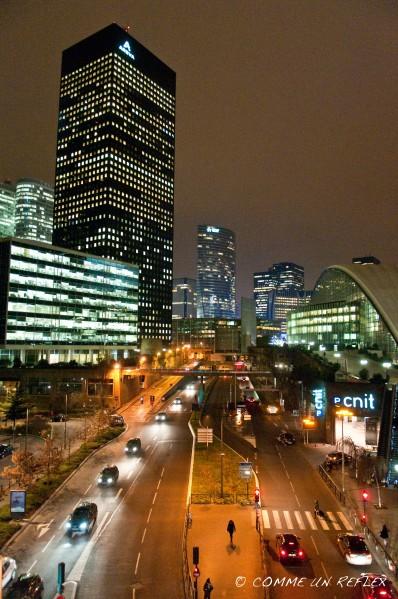 Photo de La Défense de nuit de son boulevard circulaire.