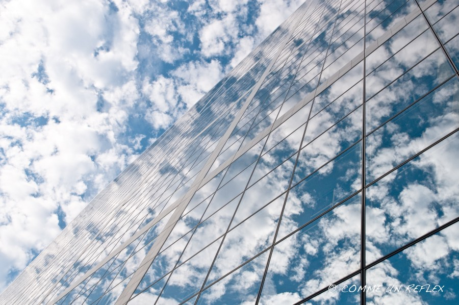 Façade de la Grande Arche reflétant un ciel bleu nuageux DSC_2486