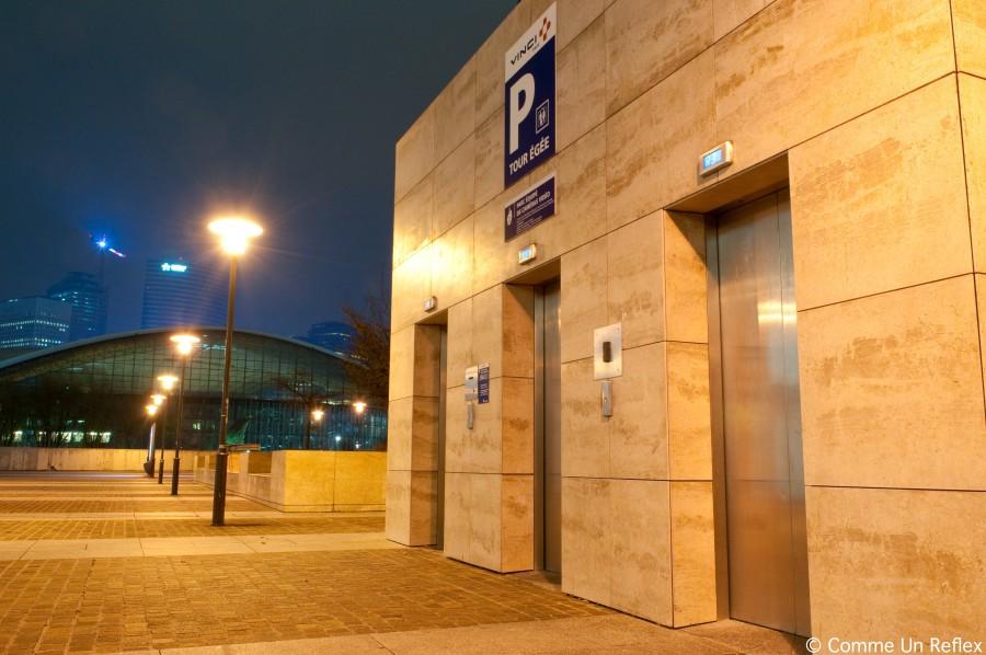 Photo de nuit des ascenseurs de la tour egee à La Défense DSC_3869